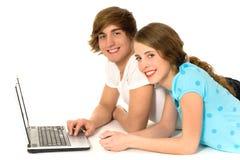Ajouter d'adolescent à l'ordinateur portatif Photos libres de droits