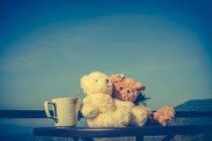 Ajouter d'ours de nounours de concept à l'amour et relations pour valent Photo libre de droits