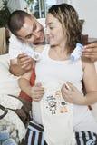 Ajouter dans l'expectative aux vêtements de bébé Images libres de droits