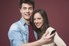 Ajouter de jeune adolescent au smartphone Photos libres de droits
