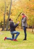 Ajouter de sourire à la bague de fiançailles dans le boîte-cadeau Photographie stock
