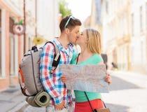 Ajouter de sourire à la carte et sac à dos dans la ville Photo libre de droits