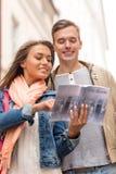 Ajouter de sourire à la ville l'explorant de guide de ville Photographie stock