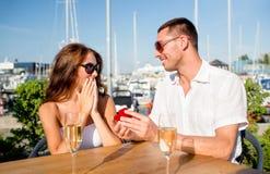 Ajouter de sourire au champagne et au cadeau au café Image stock
