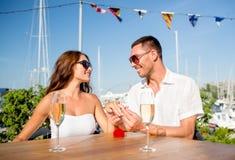 Ajouter de sourire au champagne et au cadeau au café Photos libres de droits