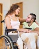 Ajouter de sourire au conjoint handicapé Image libre de droits