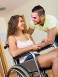 Ajouter de sourire au conjoint handicapé Photo libre de droits