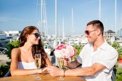 Ajouter de sourire au groupe et champagne au café Photographie stock libre de droits