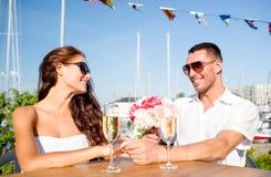 Ajouter de sourire au groupe et champagne au café Photographie stock