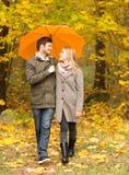 Ajouter de sourire au parapluie en parc d'automne image libre de droits