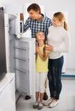 Ajouter de sourire au réfrigérateur de achat de fille photo libre de droits