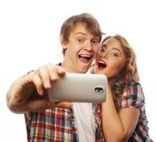 Ajouter de sourire au smartphone, au selfie et à l'amusement Photos libres de droits