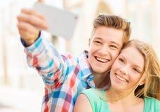 Ajouter de sourire au smartphone dans la ville Photos stock