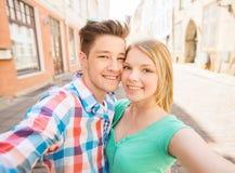Ajouter de sourire au smartphone dans la ville Image stock