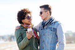 Ajouter de sourire au smartphone et aux écouteurs Photos libres de droits