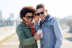 Ajouter de sourire au smartphone et aux écouteurs Photo libre de droits
