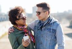Ajouter de sourire au smartphone et aux écouteurs Images stock
