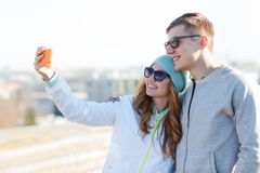 Ajouter de sourire au smartphone prenant le selfie Photo stock