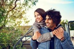 Ajouter de sourire aux bras autour de l'un l'autre dehors Photographie stock libre de droits