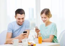 Ajouter de sourire aux smartphones lisant des actualités Photos libres de droits