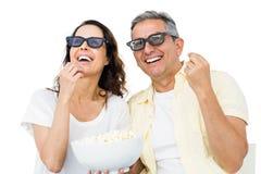 Ajouter de sourire aux verres 3D mangeant du maïs éclaté Photo libre de droits