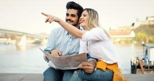 Ajouter de touristes heureux à la carte voyageant dehors Photo stock