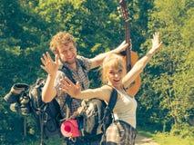 Ajouter de touristes heureux à la guitare extérieure Image libre de droits