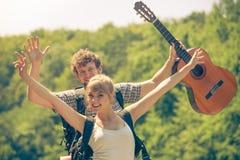 Ajouter de touristes heureux à la guitare extérieure Photographie stock libre de droits