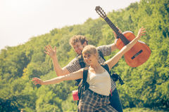 Ajouter de touristes heureux à la guitare extérieure Photos stock
