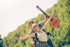 Ajouter de touristes heureux à la guitare extérieure Images libres de droits