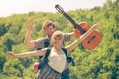 Ajouter de touristes heureux à la guitare extérieure Image stock