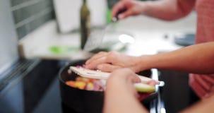Ajouter des légumes à un sauté clips vidéos