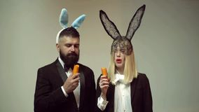 Ajouter drôles heureux de Pâques à la carotte La famille célèbrent Pâques Lapins de Pâques Ajouter aux oreilles de lapin Pâques d clips vidéos