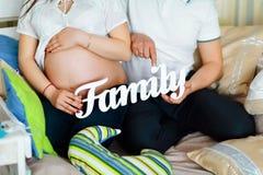 Ajouter enceintes aux lettres de famille, mains d'une fin affectueuse de couples, la famille de concept Images libres de droits