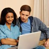 Ajouter ethniques multi d'étudiants à l'ordinateur portable Image stock