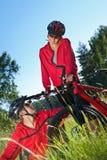 Ajouter folâtres heureux aux vélos de montagne Photo libre de droits