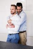 Ajouter gais à étreindre fermé par yeux photos stock