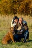 Ajouter gais au chien en parc d'automne Photo stock