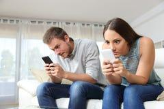 Ajouter hantés à leurs téléphones intelligents Photos libres de droits