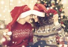 Ajouter heureux à l'arbre et à la décoration de Noël à la maison Vacances d'hiver et concept d'amour Jaune modifié la tonalité av Photos stock