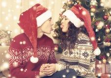 Ajouter heureux à l'arbre et à la décoration de Noël à la maison Vacances d'hiver et concept d'amour Jaune modifié la tonalité av Images stock