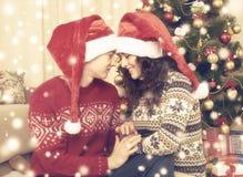 Ajouter heureux à l'arbre et à la décoration de Noël à la maison Vacances d'hiver et concept d'amour Jaune modifié la tonalité av Photo libre de droits