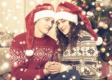 Ajouter heureux à l'arbre et à la décoration de Noël à la maison Vacances d'hiver et concept d'amour Jaune modifié la tonalité av Image stock