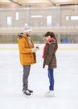 Ajouter heureux à la bague de fiançailles sur la piste de patinage Image libre de droits