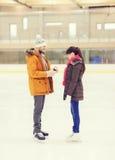 Ajouter heureux à la bague de fiançailles sur la piste de patinage Images stock