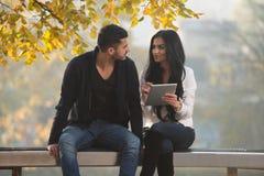 Ajouter heureux à la tablette en parc Image libre de droits