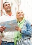 Ajouter heureux à la ville l'explorant de carte Images libres de droits