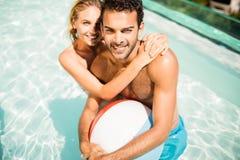 Ajouter heureux au ballon de plage Images libres de droits