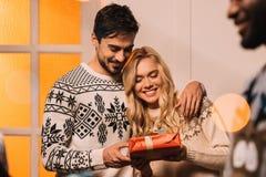 Ajouter heureux au cadeau à la maison sur Noël Image libre de droits