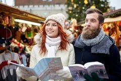 Ajouter heureux au guide de carte et de ville dans la vieille ville Photographie stock libre de droits